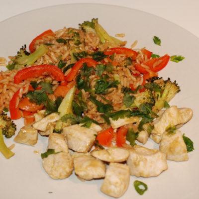 Rask kyllingcurry med grønnsaker i stekt ris