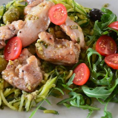 Kylling med squash-nudler og pesto
